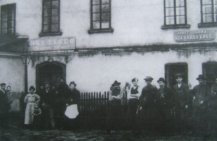 Josef Jindra with his employees - 1909